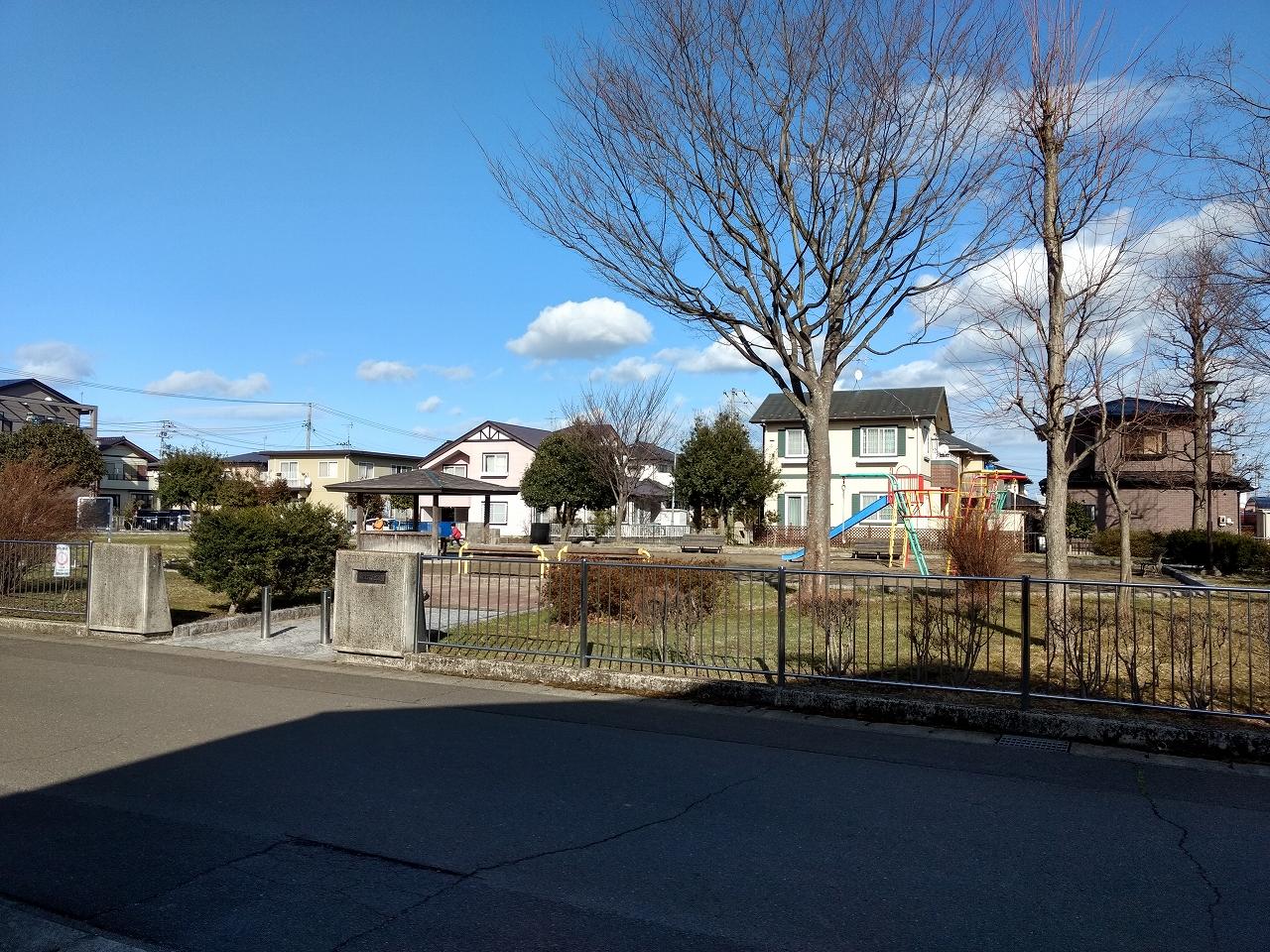 ホームの真ん前 に公園。